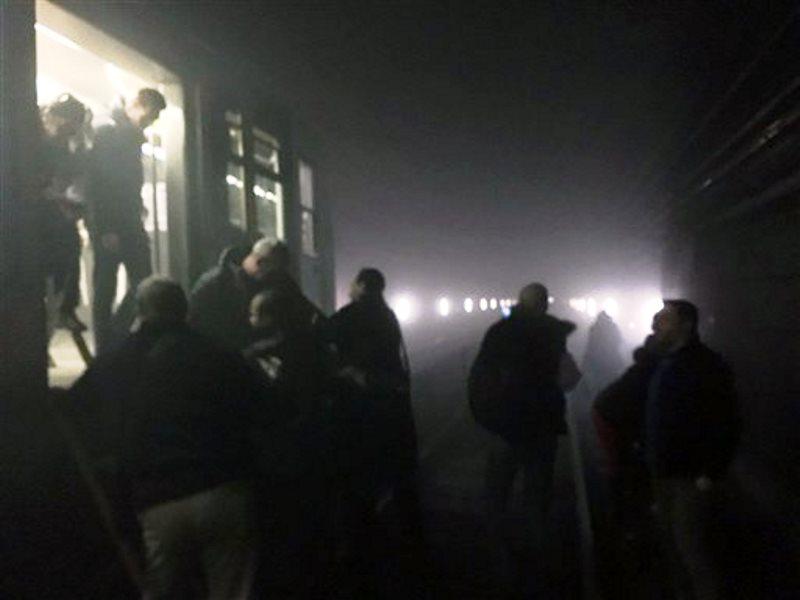 En esta imagen difundida por EurActiv del fotógrafo Evan Lamos, los pasajeros salen de los vagones del metro para caminar sobre las vías luego de un atentado al metro de Bruselas, Bélgica, el martes 22 de marzo de 2016. Al menos 31 personas murieron luego de los atentados coordinados en el aeropuerto de Bruselas y la estación Maelbeek del metro. (Evan Lamos/EurActiv, via AP)