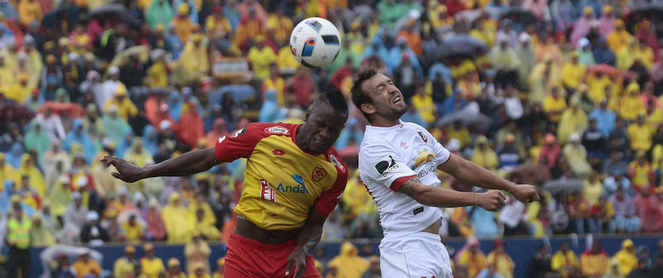 ECUADOR, Quito (13/03/2016) Brahian Alemande Aucas disputa el balon con Edison Carcelen de Liga de Quito durante el campeonato nacional de de futbol Copa Pilsener, en el estadio Olimpico Atahualpa. FOTOS API / JUAN CEVALLOS.