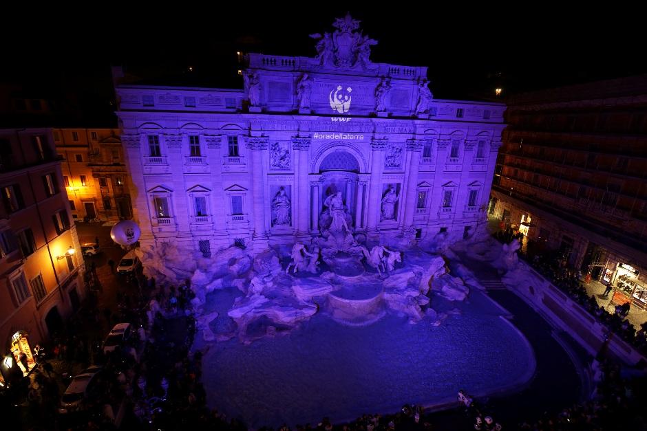 """La Fontana de Trevi, con las luces apagadas, durante """"La Hora del Planeta"""", el 19 de marzo de 2016."""