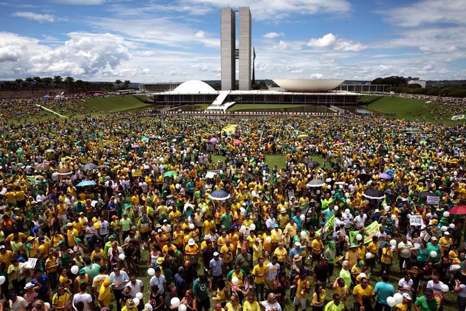 Unas 100.000 personas se reúnen hoy, domingo 13 de marzo de 2016, frente al Congreso Nacional en Brasilia para manifestar su respaldo al juicio político que la oposición promueve contra la presidenta Dilma Rousseff, quien hoy fue objeto de multitudinarias protestas en todo el país. EFE/Fernando Bizerra Jr