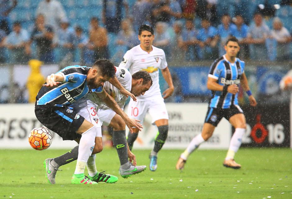 BRA501. PORTO ALEGRE (BRASIL), 02/03/2016.- El jugador Marcelo Oliveira (i) de Grêmio disputa el balón con Brahian Alemán (2i) de LDU hoy, miércoles 2 de marzo de 2016, durante un partido entre Grêmio y LDU Quito de la Copa Libertadores 2016, que se disputa en el estadio Arena do Grêmio en Porto Alegre (Brasil). EFE/Silvio Ávila