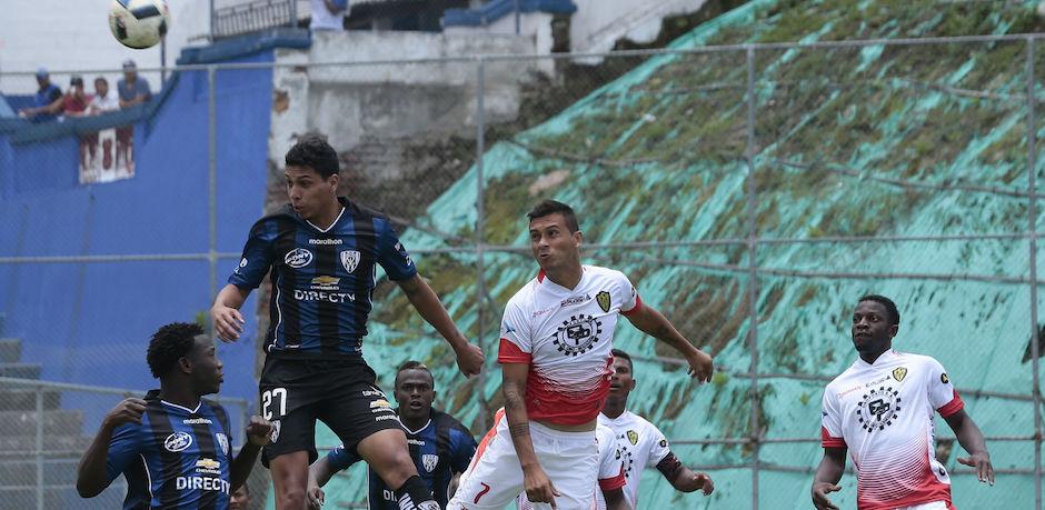 ECUADOR, Sangolqui, (2016/03/19). Luis Leon del Independiente del Valle disputa el balon con Luis Espinola de Fuerza Amarilla, durante el campeonato ecuatoriano de futbol en el estadio de Rimuñahui. FOTOS API / JUAN CEVALLOS.