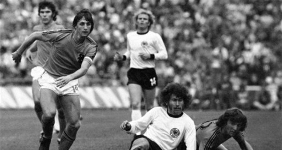 """Johan Cruyff supera la marca del alemán Paul Breitner durante la final de la Copa Mundial el 7 de julio de 1974 en el Estadio Olímpico de Múnich. El holandés, pilar de un equipo naranja que revolucionó el deporte con su concepto de """"fútbol total"""", falleció el 24 de marzo del 2016 a los 68 años. (AP Photo)"""
