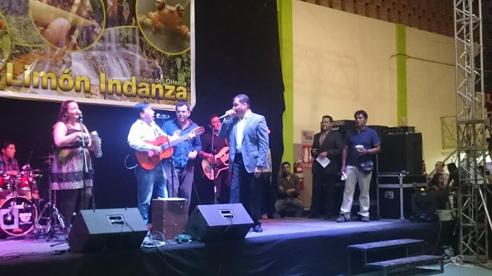 Jorge Maldonado Falconí, cantando con el presidente Rafael Correa, en Limón Indanza. La foto ha sido subida a Facebook el 21 de marzo.