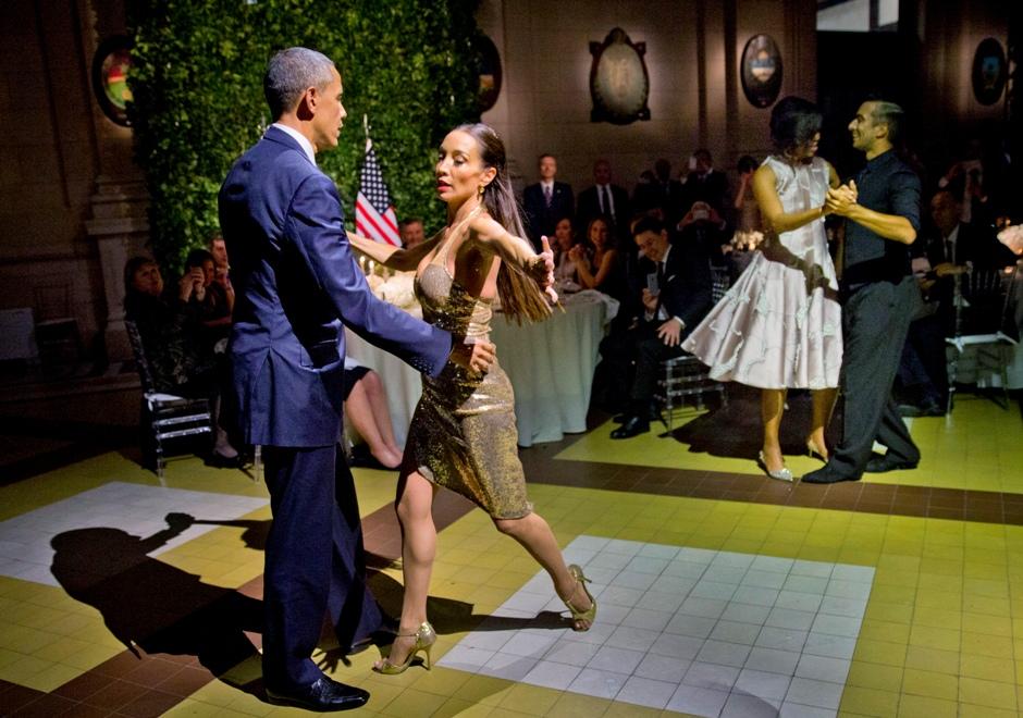 El presidente Barack Obama y la primera dama Michelle Obama bailan tango con una pareja durante una cena de estado en el Centro Cultural Kirchner en Buenos Aires, Argentina, el miércoles 23 dfe marzo de 2016. (AP Foto/Pablo Martínez Monsiváis)