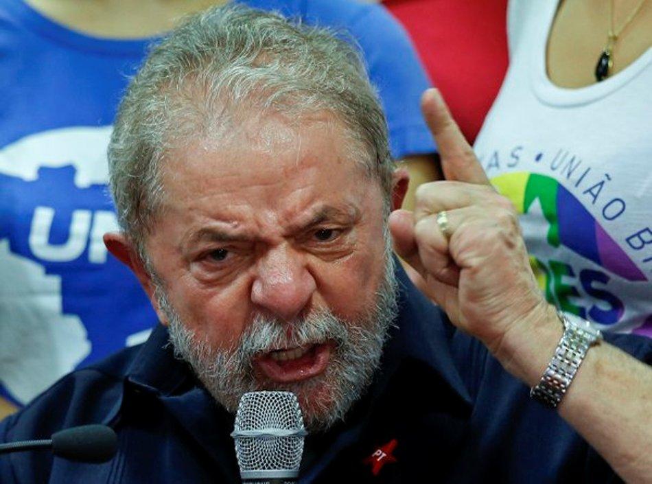 El expresidente brasileño Luiz Inacio Lula da Silva habla en conferencia de prensa en la sede del Partido de los Trabajadores, Sao Paulo, Brasil, viernes 4 de marzo de 2016. La policía interrogó a Silva en relación con el caso de corrupción en Petrobras. (AP Foto/Andre Penner)