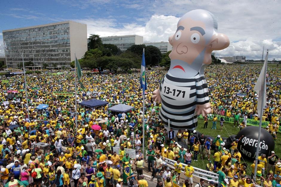 Una protesta en Brasilia en que los manifestantes alzan un muñeco que representa al expresidente Luiz Inacio Lula da Silva vestido con uniforme de preso el 13 de marzo del 2016. (Foto AP/Eraldo Peres)