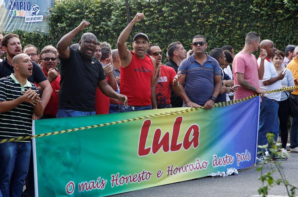 Manifestantes corean consignas de apoyo al expresidente brasileño Luiz Inacio Lula da Silva frente a su residencia en Sao Bernardo do Campo, un suburbio de Sao Paulo, Brasil, viernes 4 de marzo de 2016. (AP Foto/Andre Penner)