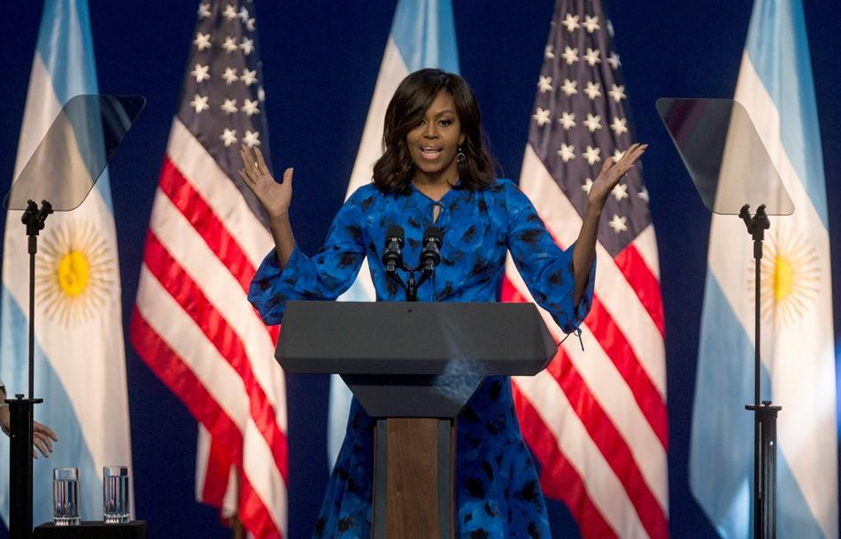 La primera dama de Estados Unidos Michelle Obama habla durante un encuentro con estudiantes de la escuela secundaria en el Centro Metropolitano de Diseño en Buenos Aires, el miércoles 23 de marzo de 2016. (Foto AP/Iván Fernández)