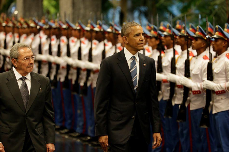 El presidente de Cuba Raúl Castro camina con su par estadounidense Barack Obama al inspeccionar la guardia en Palacio de la Revolución, el lunes 21 de marzo de 2016. (Foto AP / Ramón Espinosa)