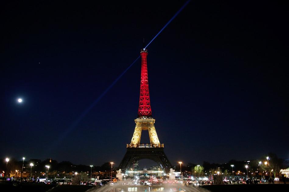 La torre Eiffel de París se ilumina con los colores nacionales de Bélgica: negro, amarillo y rojo, en honor de las víctimas de los ataques del martes 22 de marzo de 2016 en el aeropuerto y una estación del metro de Bruselas. (Foto AP/Thibault Camus)