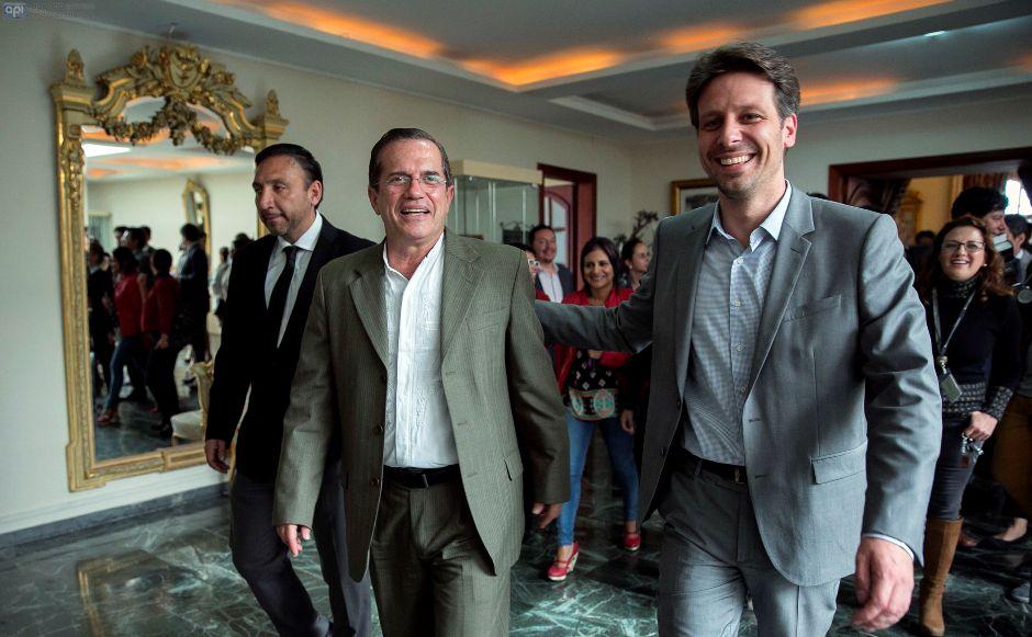 El nuevo ministro de defensa, Ricardo Patiño, con el nuevo Canciller, Guillaume Long, tras la entrega del despacho ministerial, en la Cancillería, el 3 de marzo de 2016. API