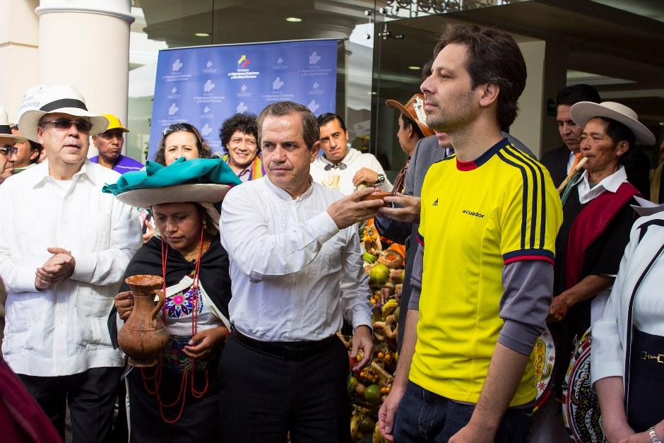 El entonces Ministro de Cultura y Patrimonio Guillaume Long con el canciller Ricardo Patiño disfrutaron de la fiesta del Inti Raymi (fiesta del sol) en Quito, en junio de 2015. Foto de Cancillería.