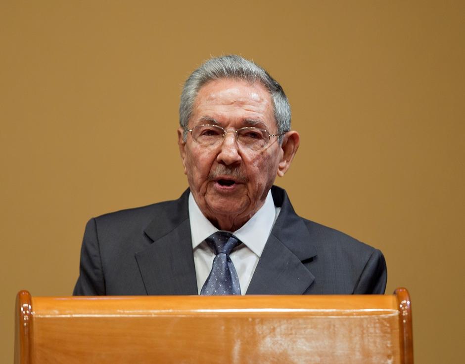 El presidente cubano Raúl Castro atiende durante una rueda de prensa en el Palacio de la Revolución en La Habana, Cuba, el lunes 21 de marzo de 2016. (AP Photo/Pablo Martinez Monsivais)