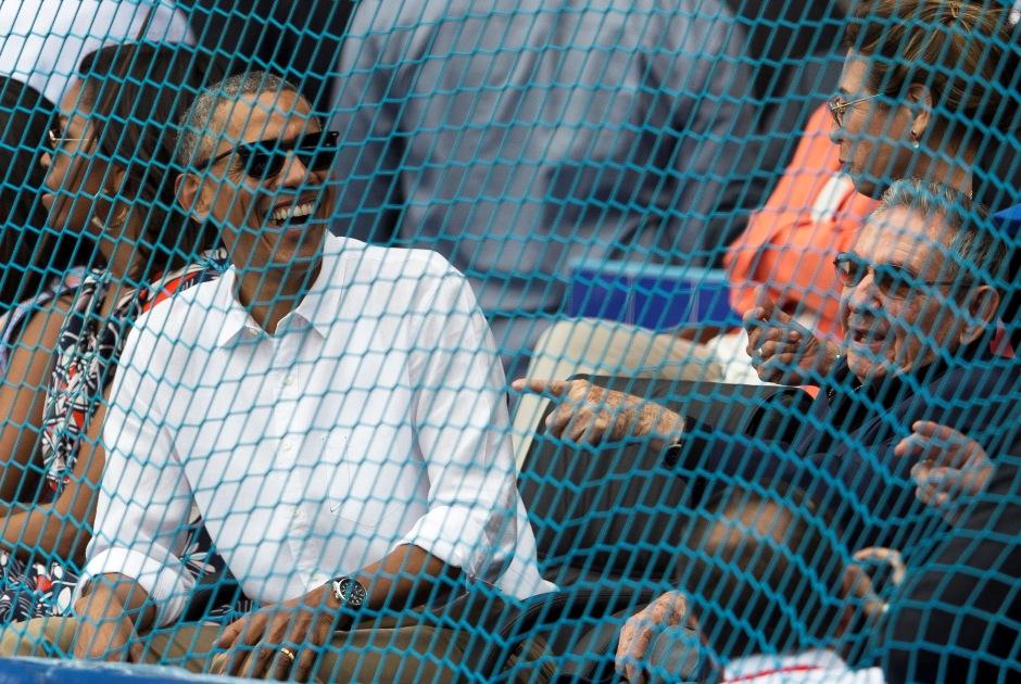 El presidente cubano Raúl Castro (derecha) y el estadounidense Barack Obama presencian un juego de béisbol entre los Rays de Tamba Bay y la selección de Cuba en La Habana, el martes 22 de marzo de 2016. (Ismael Francisco/Cubadebate via AP)