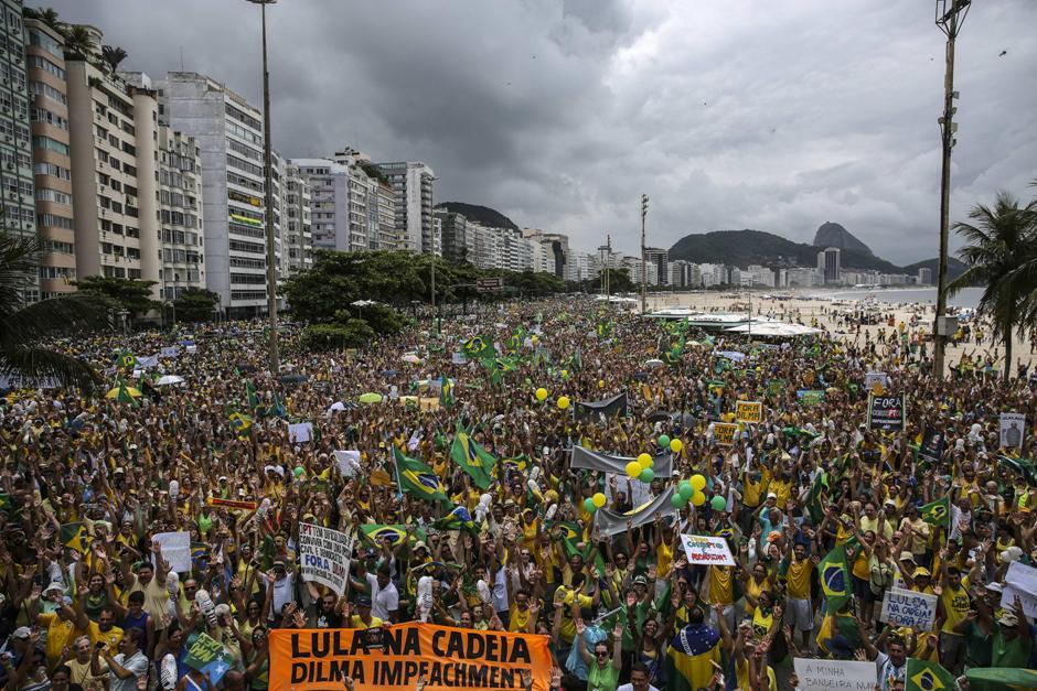 Multitudinaria manifestación hoy, domingo 13 de marzo de 2016 en la playa de Copacabana, Río de Janeiro (Brasil), para protestar contra el Gobierno de Dilma Rousseff y para reclamar el fin de su mandato. EFE/ Antonio Lacerda