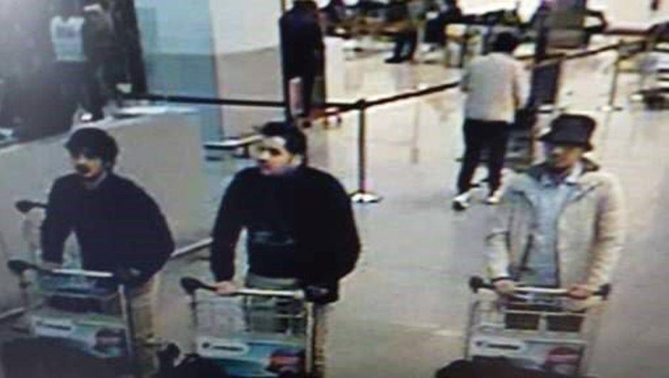 En esta imagen proporcionada por la policía federal belga en Bruselas, el martes 22 de marzo de 2016, tres hombres sospechosos de participar en atentados en el aeropuerto de Zaventem, en Bélgica. (Policía Federal Belga via AP)