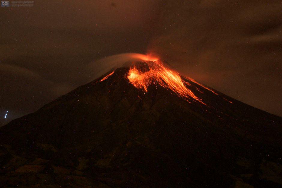 Patate, 5 de marzo del 2016 El volcán Tungurahua visto desde el sector Las Antenas con incandescencia, también se escucharon cañonazos que provocaron la vibración de ventanales de viviendas. APIFOTO/Carlos Campaña