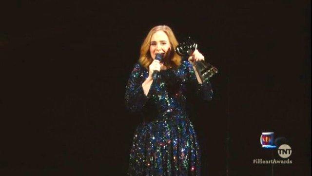Adele en concierto en Birmigham. Foto: pbs.twimg.com