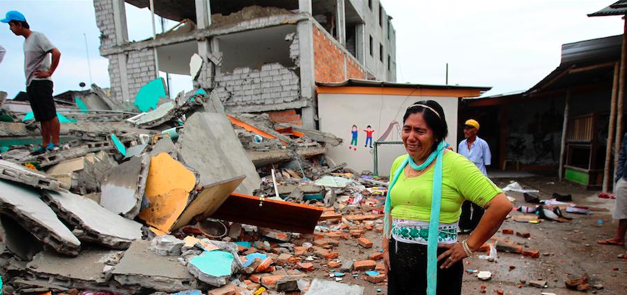 PEDERNALES (ECUADOR) 17/04/2016.- Habitantes de Pedernales (Ecuador), afectado por el terremoto de 7,8 grados en la escala de Richter registrado el sábado en la costa norte de Ecuador, permanecen hoy 17 de abril de 2016, entre las casas destruidas y los escombros. Esta ciudad turística, un popular balneario de la costa ecuatoriana, es hoy el epicentro de una tragedia por la que al menos 77 personas murieron y 588 resultaron heridas. EFE/José Jácome