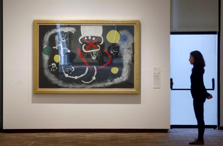 """ista de las obras """"El oro del azur"""" (d), de 1967 y """"Poema (III)"""", de 1968, que forman parte de la colección permanente de la Fundación Joan Miró, que hoy ha presentado la reordenación y ampliación de su colección permanente, que se ha ampliado con la incorporación de una veintena de obras de la familia del artista y del coleccionista japonés Kazumasa Katsuta. EFE/Andreu Dalmau."""