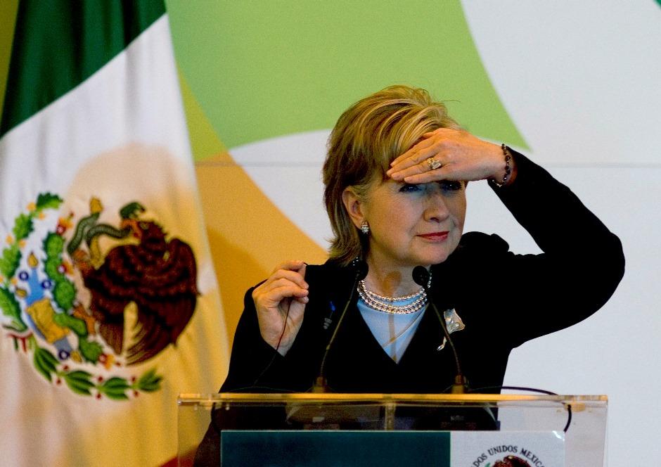 En esta imagen de archivo, tomada el 25 de marzo de 2009, la entonces secretaria de Estado de Estados Unidos, Hillary Rodham Clinton, hace un gesto mirando al fondo de la sala durante una conferencia de prensa en la Ciudad de México, durante una visita de dos días al país. (Foto AP/Eduardo Verdugo, archivo)