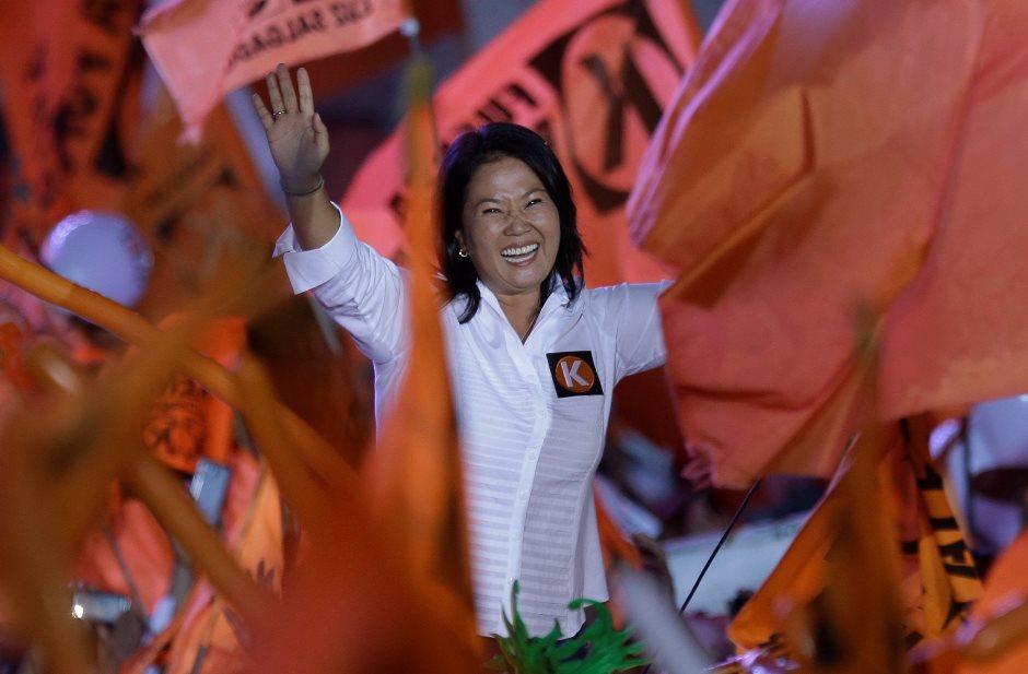 La candidata presidencial Keiko Fujimori del partido Fuerza Popular saluda a sus simpatizantes durante el cierre de su campaña en Lima, el jueves 7 de abril de 2016. (AP Foto/Martin Mejia)