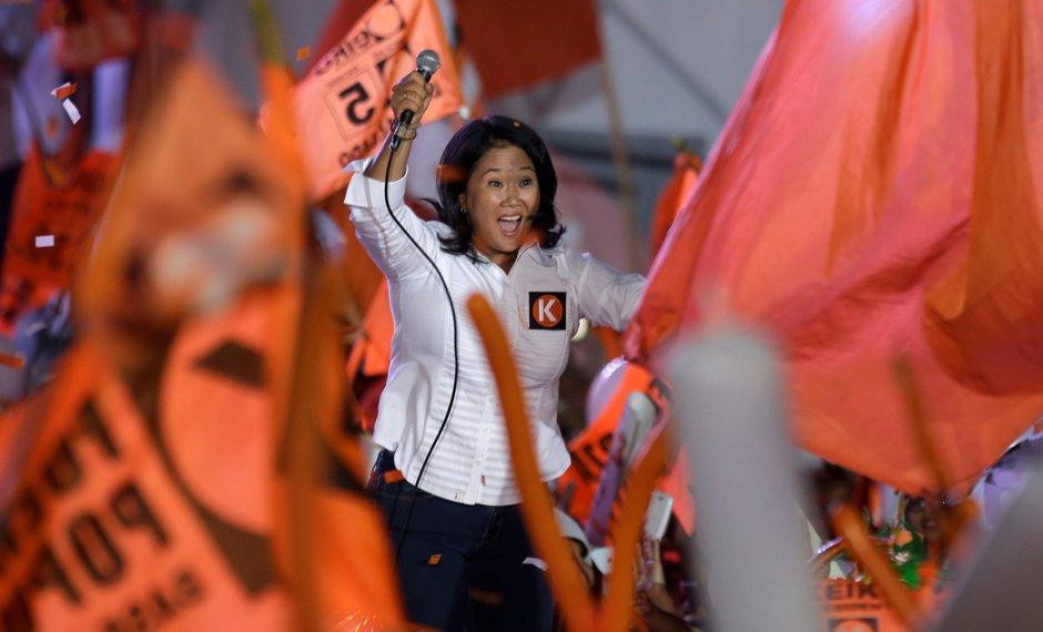 """La candidata a la presidencia de Perú Keiko Fujimori, del partido político """"Fuerza Popular"""", saluda a sus seguidores durante su mitin de cierre de campaña en Lima, Perú, el jueves 7 de abril de 2016. Keiko, hija del expresidente Alberto Fujimori, es la favorita para las elecciones peruanas del 10 de abril . (AP Foto/Martin Mejia)"""