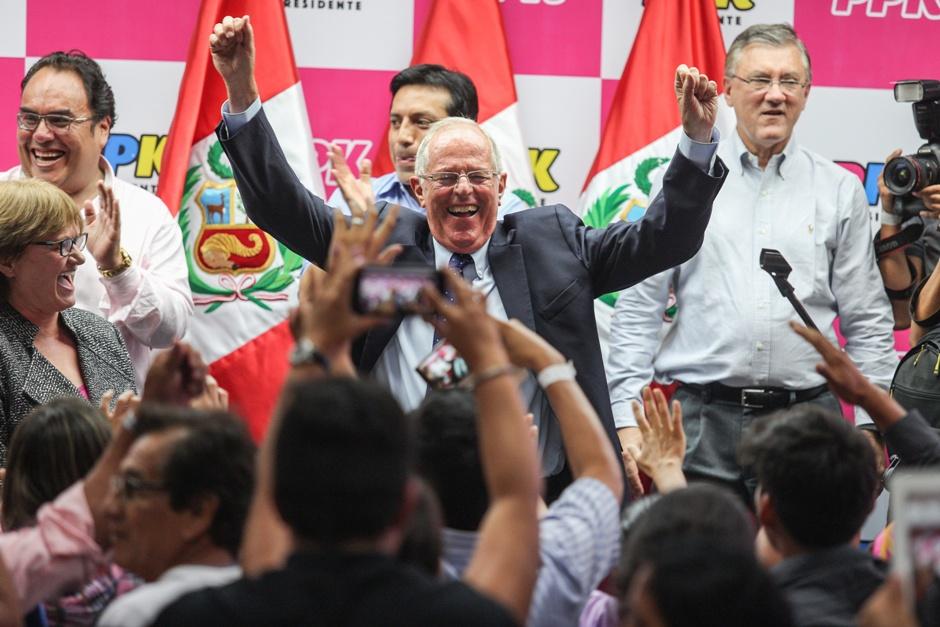 El candidato presidencial peruano por el partido Peruanos por el Kambio, Pedro Pablo Kuczynski (c), habla a sus seguidores hoy, domingo 10 de abril de 2016, en Lima (Perú). Kuczynski y la congresista Verónika Mendoza disputan pasar a la segunda vuelta con Keiko Fujimori, que ganó los comicios presidenciales de hoy en Perú. EFE/Sebastián Castañeda