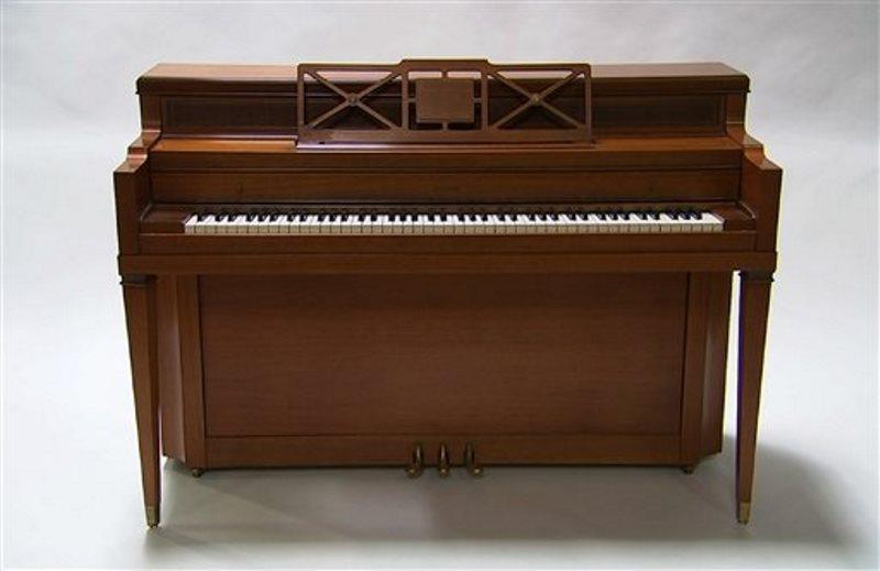 """Un piano que fue propiedad de Lady Gaga en una imagen tomada de un video grabado en Culver City, California, del 5 de abril de 2016. Julien's Auctions subastará el instrumento como parte de su venta """"Music Icons"""" en el Hard Rock Cafe de Nueva York el 21 de mayo. (Foto AP/Rick Taber)"""
