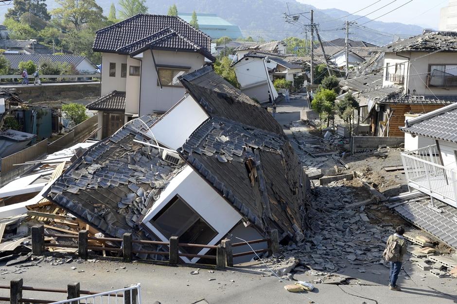Vista de varias viviendas destruidas tras un sismo en Mashiki, en la prefectura de Kumamoto, en el sur de Japón, el 16 de abril de 2016. (Ryosuke Uematsu/Kyodo News via AP)