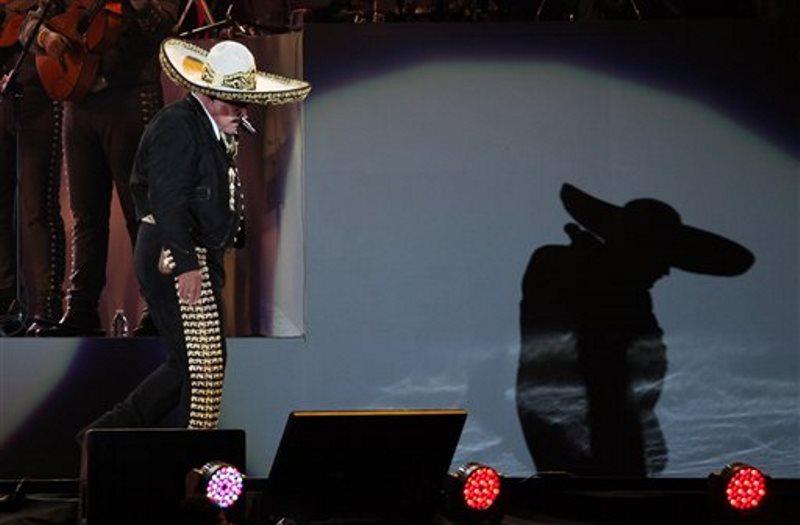El cantante mexicano Vicente Fernández da un concierto gratuito en el Estado Azteca, en la Ciudad de México, el 16 de abril de 2016. El astro de la música regional mexicana deslumbró en su concierto de despedida e hizo un recorrido por sus más de 50 años de trayectoria. (Foto AP/Marco Ugarte)