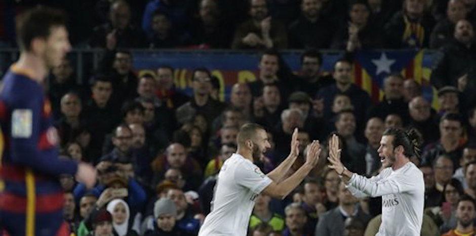 El jugador de Real Madrid, Karim Benzema, centro, festeja con su compaÒero Gareth Bale tras anotar un gol contra Barcelona el s·bado, 2 de abril de 2016, en Barcelona. (AP Photo/Emilio Morenatti)