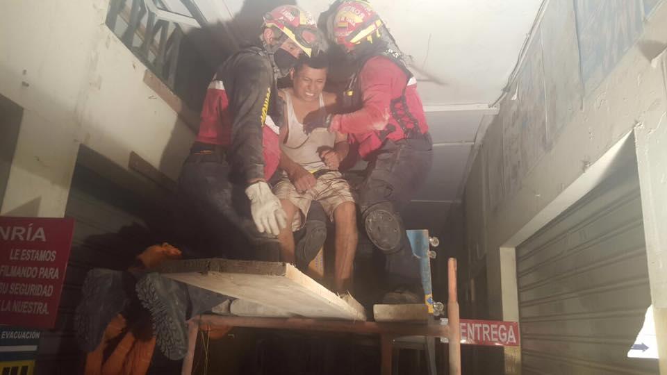 Bomberos de Quito, en Manta, el 18 de abril de 2016. Foto de su página de Facebook.