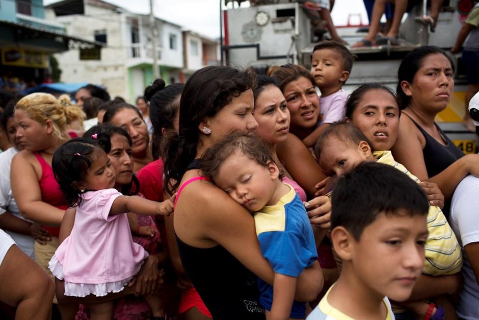 Mujeres con sus hijos hacen fila durante más de una hora para recibir alimento y agua del gobierno, días después de un sismo en Crucita, Ecuador, el jueves 21 de abril de 2016. (Foto AP/Rodrigo Abd)