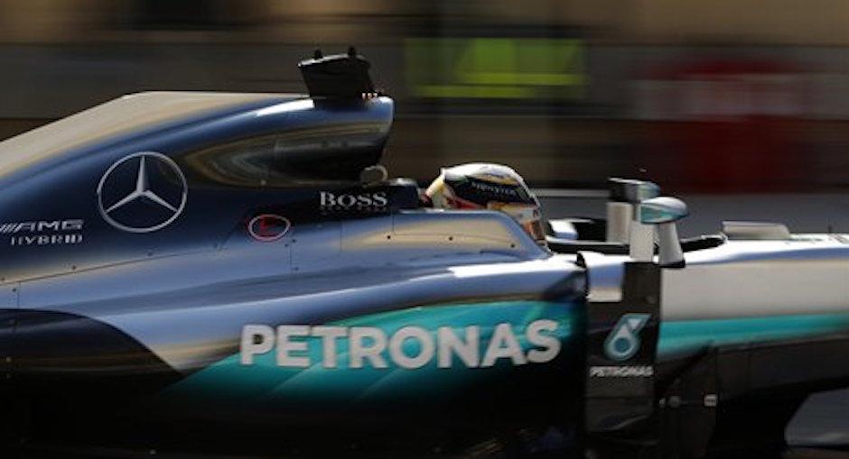 El piloto de Mercedes, Lewis Hamilton, maneja en una pr·ctica del GP de Bahrein el s·bado, 2 de abril de 2016, en Sakhir, Bahrein. (AP Photo/Hassan Ammar).