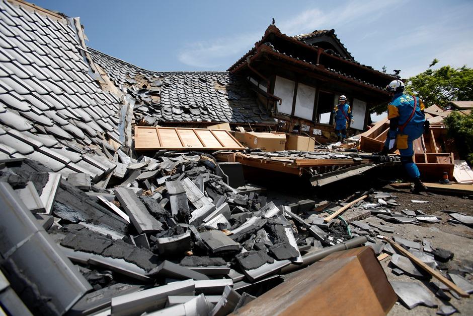 Trabajadores de rescate buscan posibles personas atrapadas dentro de casas dañadas en Mashiki, en el sur de Japón, el viernes 15 de abril de 2016. (Foto AP/Koji Ueda)