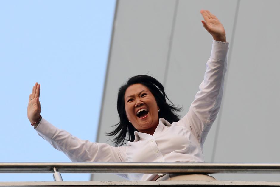 La candidata presidencial peruana Keiko Fujimori saluda a sus simpatizantes hoy, domingo 10 de abril de 2016, desde el balcón de un conocido hotel limeño. Fujimori ganó los comicios de hoy en Perú, pero tendrá que disputar una segunda vuelta con el exministro Pedro Pablo Kuczynski o con la congresista Verónika Mendoza, que mantienen un empate técnico en el segundo lugar, según sondeos a boca de urna divulgados al cierre de las mesas de votación. EFE/Ernesto Arias
