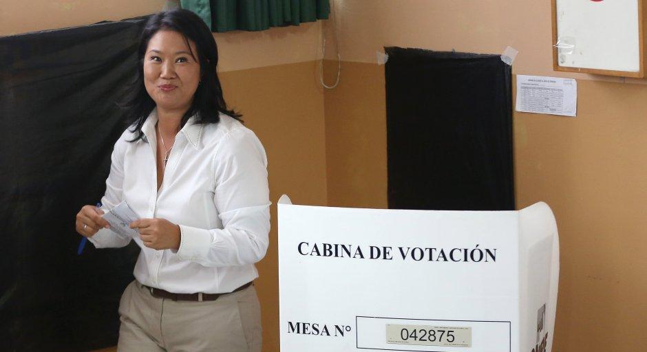 La candidata presidencial Keiko Fujimori vota en las elecciones generales en Lima, Perú, el domingo 10 de abril de 2016. La atención está centrada en quién será el candidato que acompañe en una probable segunda vuelta a Fujimori, primera en los sondeos pero que no logra alcanzar la mayoría necesaria para ganar en una primera vuelta. (Foto AP/Martin Mejia)