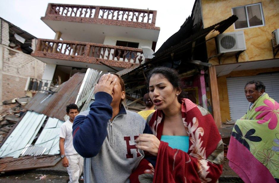 Una mujer llora el domingo 17 de abril de 2016 junto a una casa destruida la víspera por un terremoto en Pedernales, Ecuador. (Foto AP/Dolores Ochoa)