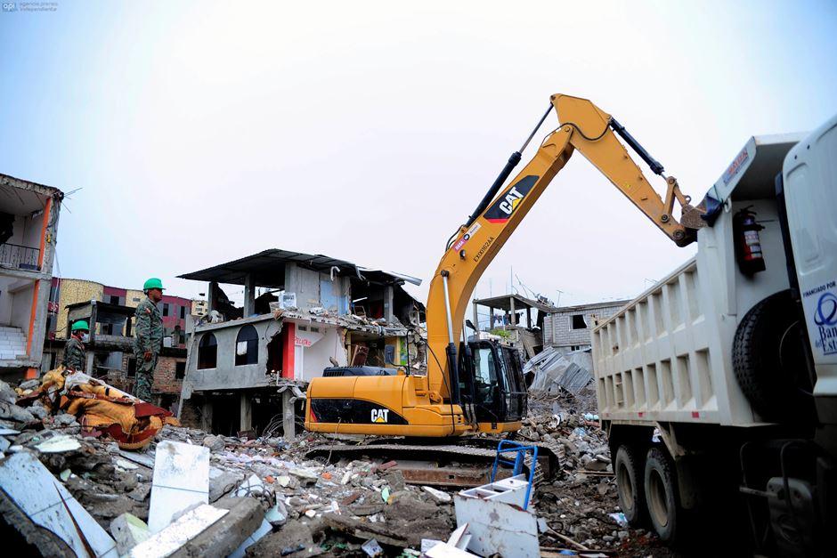 Labores de demolición en Pedernales, el 24 de abril de 2016. APIFOTO/JUAN RUIZ