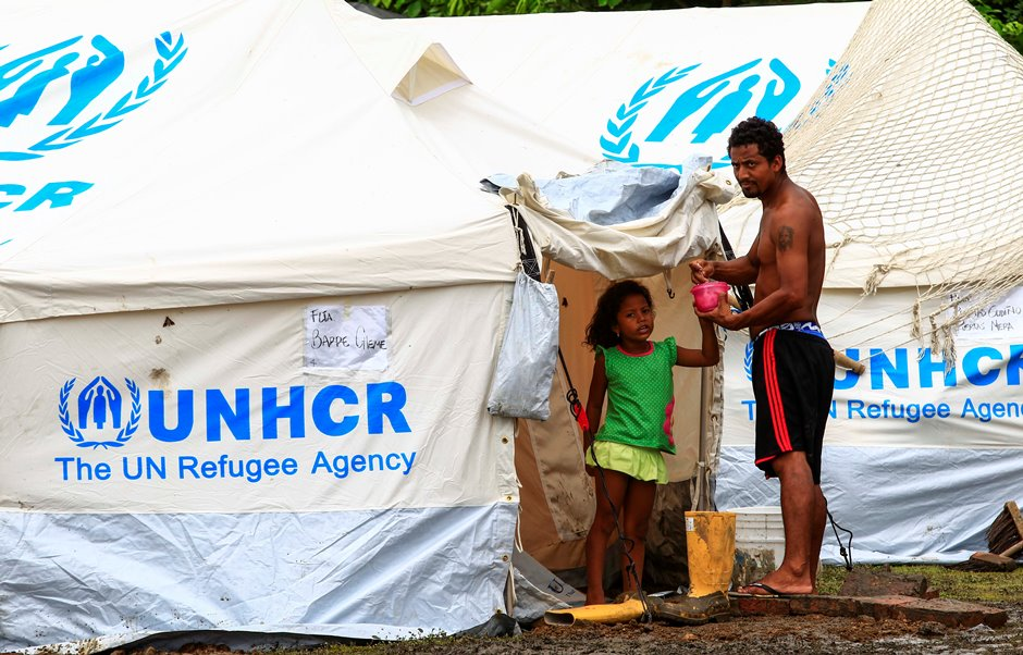 """Una familia afuera de una tienda en un centro de refugio para los damnificados del terremoto, hoy, domingo 24 de abril de 2016, en Pedernales (Ecuador). El Alto Comisionado de las Naciones Unidas para los Refugiados (Acnur) trabaja en la zona afectada por el terremoto de Ecuador con la preocupación de que no queden grupos """"invisibilizados"""" en la distribución de ayuda humanitaria, entre ellos las personas en situación de refugio. EFE/José Jácome"""