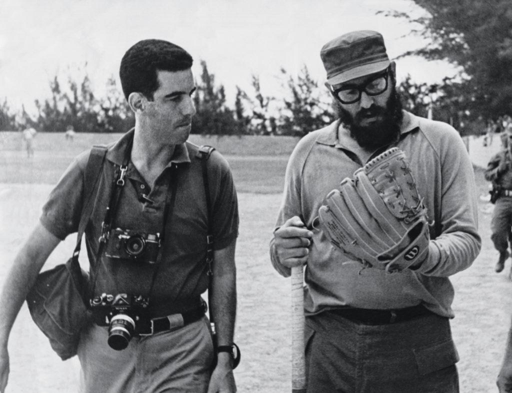 """MADRID, 09/05/2016.- Fotografía facilitada por Taschen de Fidel Castro y el fotorreportero estadounidense Lee Lockwood en un campo de beisbol. En 1965, un Fidel Castro en su apogeo concedía una larguísima entrevista a Lockwood. Medio siglo después se reedita el texto, acompañado por 200 fotografías inéditas que muestran tanto la vida pública como la cotidiana del líder cubano. En isla de Pinos fue donde Lockwood pasó siete días con Castro y sus más próximos colaboradores y de esa estancia salió una interesantísima entrevista, tan solo seis años después del triunfo de la revolución y cuando la posibilidad del fracaso del proyecto comunista no entraba en los planes del líder. """"El deber de todo revolucionario es hacer la revolución"""" es la frase de Castro que abre """"La Cuba de Fidel. La mirada de un reportero estadounidense en la isla. 1959-1969"""" (Taschen), cuya edición en español acaba de salir al mercado 50 años después de su primera publicación en inglés. EFE (SOLO USO EDITORIAL)"""