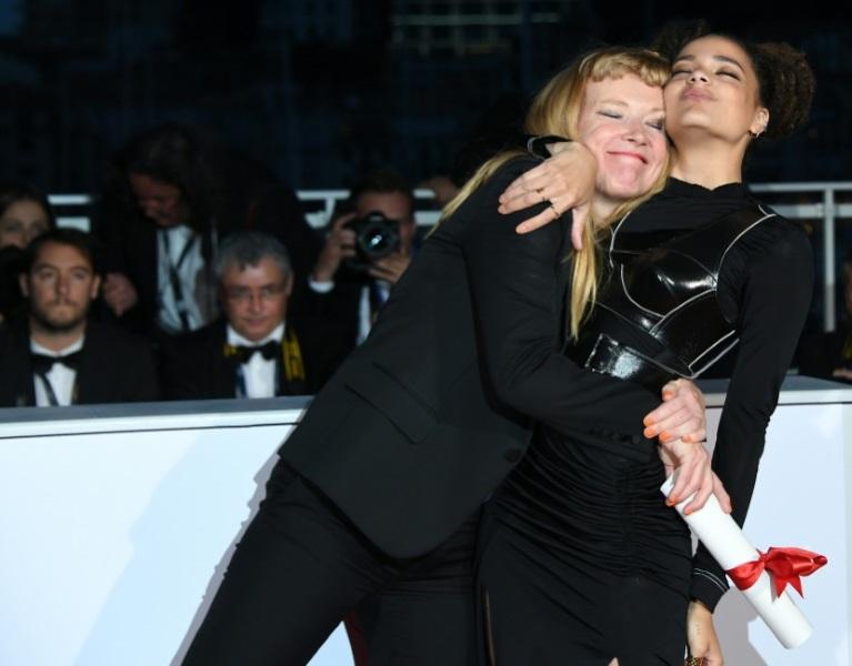 """La directora británica Andrea Arnold (I) y la actriz estadounidense Sasha Lane, tras recibir el Premio del Jurado de Cannes por """"American Honey"""", afp.com"""