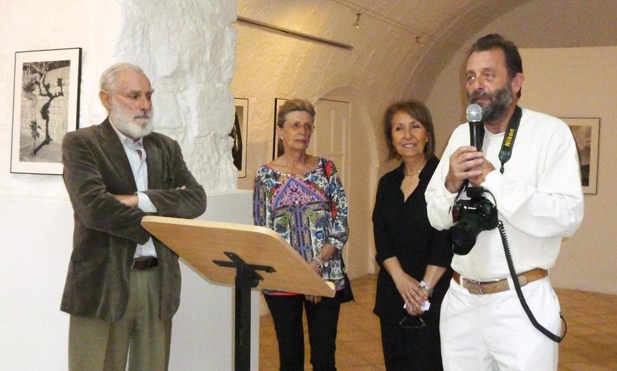 Christoph Hirtz presentando su obra en galería Mirador. Foto María Jurado, LaRepública