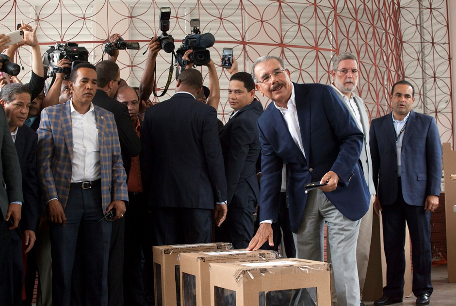 El presidente Danilo Medina, que aspira a la reelección, emite su voto durante las elecciones presidenciales, congresionales y municipales en Santo Domingo, República Dominicana, el domingo 15 de mayo de 2016. (Foto AP / Tatiana Fernández)