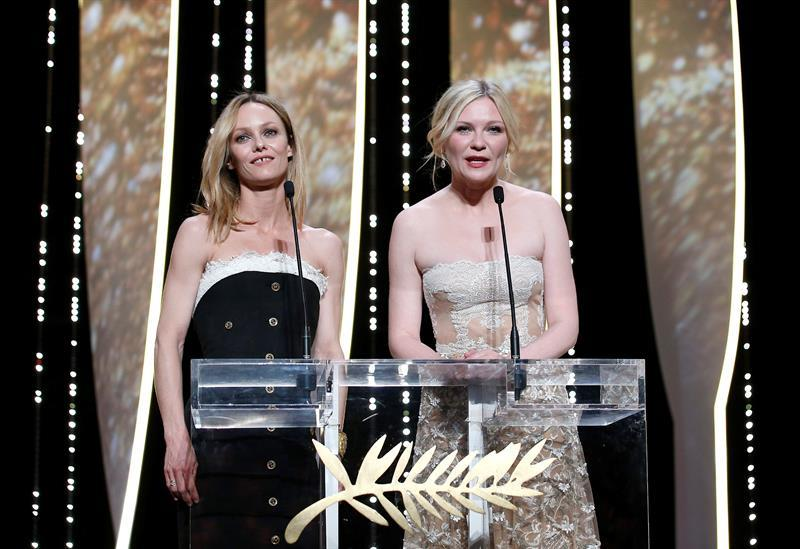Jury members, French actress Vanessa Paradis (L) and US actress Kirsten Dunst (R) attend the Closing Award Ceremony of the 69th Cannes Film Festival, in Cannes, France, 22 May 2016. EFE