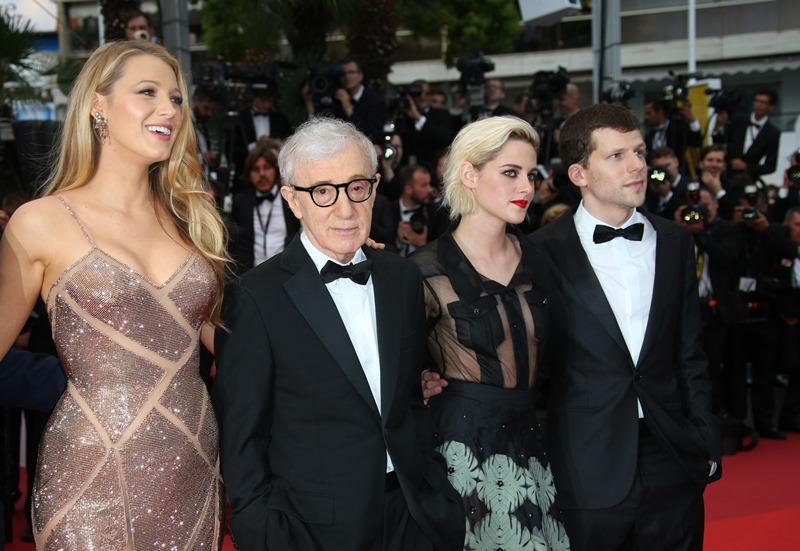 """De izquierda a derecha la actriz Blake Lively, el director Woody Allen y los actores Kristen Stewart y Jesse Eisenberg posan al llegar al estreno de """"Cafe Society"""" en la ceremonia inaugural del Festival de Cine de Cannes, el miércoles 11 de mayo del 2016 en Cannes, Francia. (AP Foto/Joel Ryan)"""