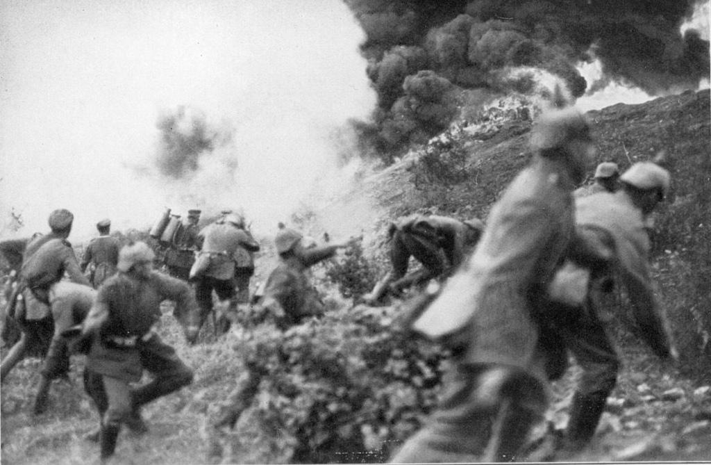Esta foto se corresponde con la Batalla de Verdún, Francia, la más larga de la Primera Guerra Mundial. Es especialmente destacable la presencia de un soldado de infantería armado con un lanzallamas. Precisamente estos lanzallamas modernos fueron introducidos por los alemanes a lo largo de la Gran Guerra.