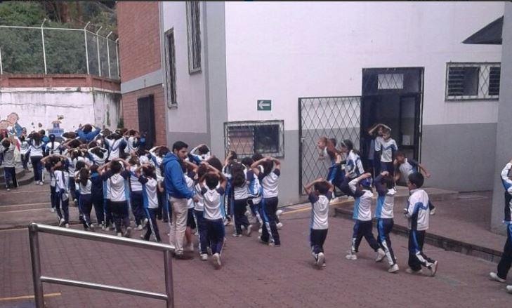 Evacuación de escuelas en Cuenca, tras sismo 4.9. Foto tuiteada por Ecu911.